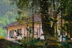 反射在一条河作为村庄生活的aquarell在日落的,在瓦列沃附近 图库摄影