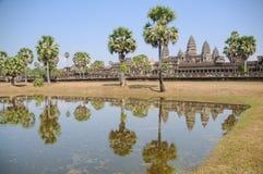 反射在与老佛教徒建筑学的水在吴哥考古学公园 柬埔寨-暹粒的纪念碑 图库摄影