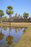 反射在与老佛教徒建筑学的水在吴哥考古学公园 柬埔寨-暹粒的纪念碑 免版税库存照片
