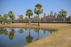 反射在与老佛教徒建筑学的水在吴哥考古学公园 柬埔寨-暹粒的纪念碑 库存照片