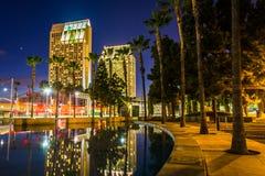 反射在儿童的池塘的摩天大楼在晚上,在圣D 免版税库存图片