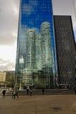 反射在另一个塔窗口里的高层塔在拉德芳斯busines区,巴黎,法国 免版税库存图片