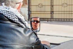 反射在后视镜的骑自行车的人 免版税库存图片