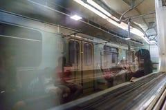反射在地铁火车,迷离,行动,人们,地铁,无盖货车窗口里  库存图片