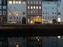反射在夜城市的水中 库存图片