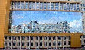 反射在大厦玻璃窗里  免版税库存图片