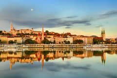 反射在寂静的河的布达佩斯市的Buda边 免版税库存图片