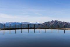 反射在山湖中水  免版税库存照片