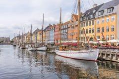 反射在帆船中水在Nyhavn怀有,应付 免版税库存照片