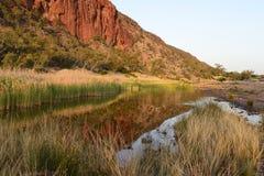 反射在幽谷海伦峡谷附近的水中 库存照片