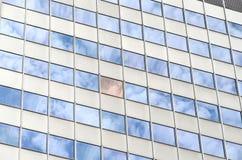 反射在摩天大楼窗口里的云彩  免版税库存图片