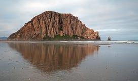 反射在日出的莫罗贝岩石莫罗贝国家公园普遍的假期/野营的斑点在中央加利福尼亚海岸美国 图库摄影