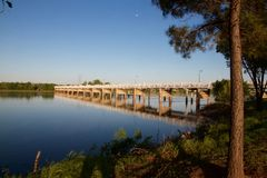反射在晚上的土尔沙桥梁 免版税库存照片