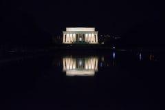反射在晚上的林肯纪念堂 免版税库存照片