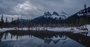 反射在水的三个姐妹的阴沉的天cloudscape时间间隔 影视素材