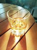 反射在水的阳光在杯子 免版税图库摄影