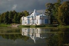 反射在水,圣彼德堡, Tsarskoye Selo,天空,浪漫,水,建筑学,云彩,风景,俄罗斯中 免版税库存图片