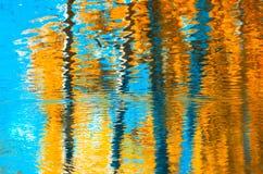 反射在水,抽象秋天背景中 免版税图库摄影