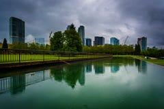 反射在池塘的地平线,在街市公园,在Bellevue, 免版税图库摄影