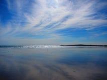 反射在沙子的天空在海滩 免版税库存图片