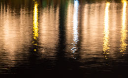 反射在河的五颜六色的光 库存照片