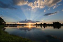 反射在沼泽的精采日落 免版税库存照片
