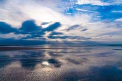 反射在海岸线的剧烈的cloudscape在彻特d'Opale在法国 库存照片