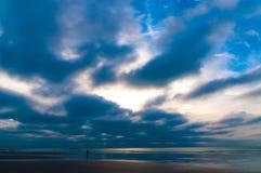 反射在海岸线的剧烈的cloudscape在彻特d'Opale在法国 免版税库存图片