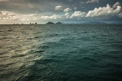 反射在海洋的水的中日落 免版税库存照片