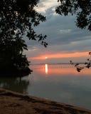 反射在海滩的桃红色日落 库存图片