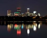 反射在湖卡尔霍恩的米尼亚波尼斯摩天大楼在晚上 免版税图库摄影