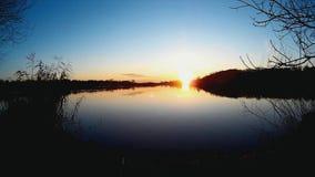 反射在湖外面的湖和太阳浮出水面 股票视频