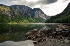 反射在湖早晨,挪威,斯堪的那维亚,欧洲的山 免版税库存照片
