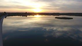 反射在湖的云彩和天空 影视素材