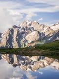 反射在湖的山和帐篷 免版税库存图片