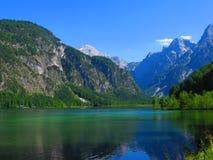 反射在湖的山 免版税库存照片