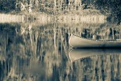 反射在湖的独木舟 免版税库存图片