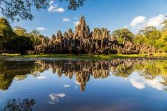 反射在湖的吴哥窟寺庙 图库摄影