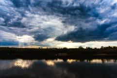 反射在湖的黑暗的云彩 免版税库存照片
