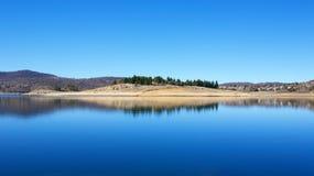 反射在湖Jindabyne 库存图片