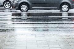 反射在湿柏油路的汽车在多雨天气期间 图库摄影