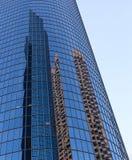 反射在现代大厦窗口里  免版税图库摄影