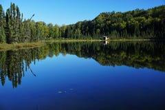 反射在蓝色湖 库存照片