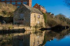 反射在被恢复的Stroudwater运河的水的老大厦在斯特劳德,格洛斯特郡 免版税图库摄影