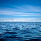 反射在起波纹的湖表面的蓝天 免版税库存照片