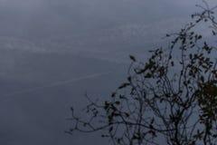 反射在转换轨迹中水从喷气式飞机的 免版税库存照片