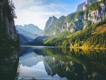 反射在透明的湖的山山顶 免版税库存图片