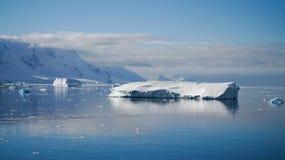 反射在镇静天堂的冰山在南极洲咆哮 库存图片
