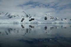 反射在镜子海湾的南极洲冰河山 库存照片
