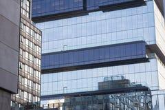反射在镜子的摩天大楼在多伦多,安大略,加拿大喜欢另一现代高层窗口  库存图片